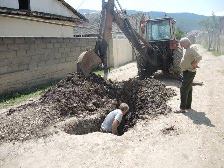 Текущие ремонтные работы на внутрисельской водопроводной линии.