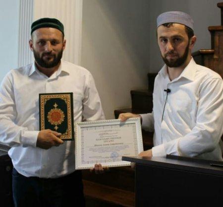 Районный имам Ахмадрасул Качалаев вручил благодарственные письма Шихуеву Ахмаду и Магомедсултанову Рамазану