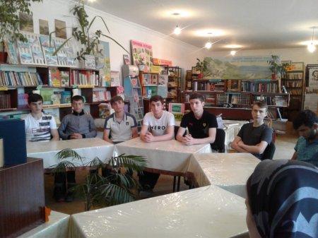 """28 мая в сельской библиотеке проведена беседа-диалог """"Через книгу к миру и согласию"""", среди 11-го класса школы №1."""